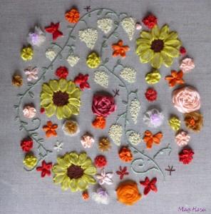 Des Fleurs brodées au ruban pour Carmen dans Broderie au ruban des-fleurs-pour-carmen-296x300