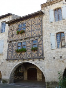 Lauzerte dans Midi Pyrénées couverts-de-la-place-de-lauzerte-224x300